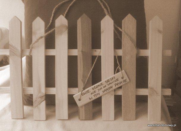 Płotek z kolorowego drewna na prezent ślubny