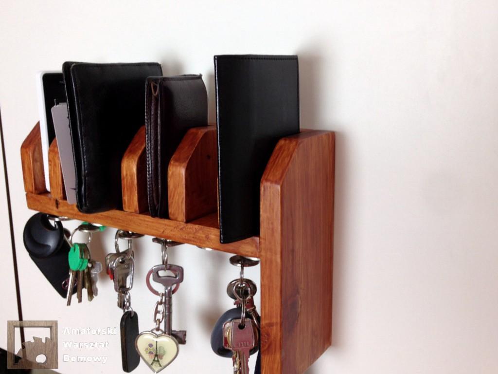 2014 07 31 21.17.52 Półka na portfele i klucze z  palety   (część 2)